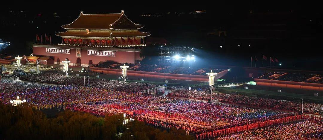 昨晚国庆联欢,第一幕就火了……(附烟花视频)