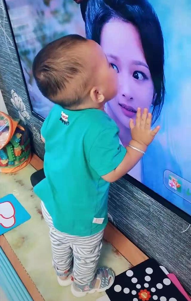 """每當電視上出現她的身影,寶寶就主動上前""""獻吻"""",原因太過暖心"""