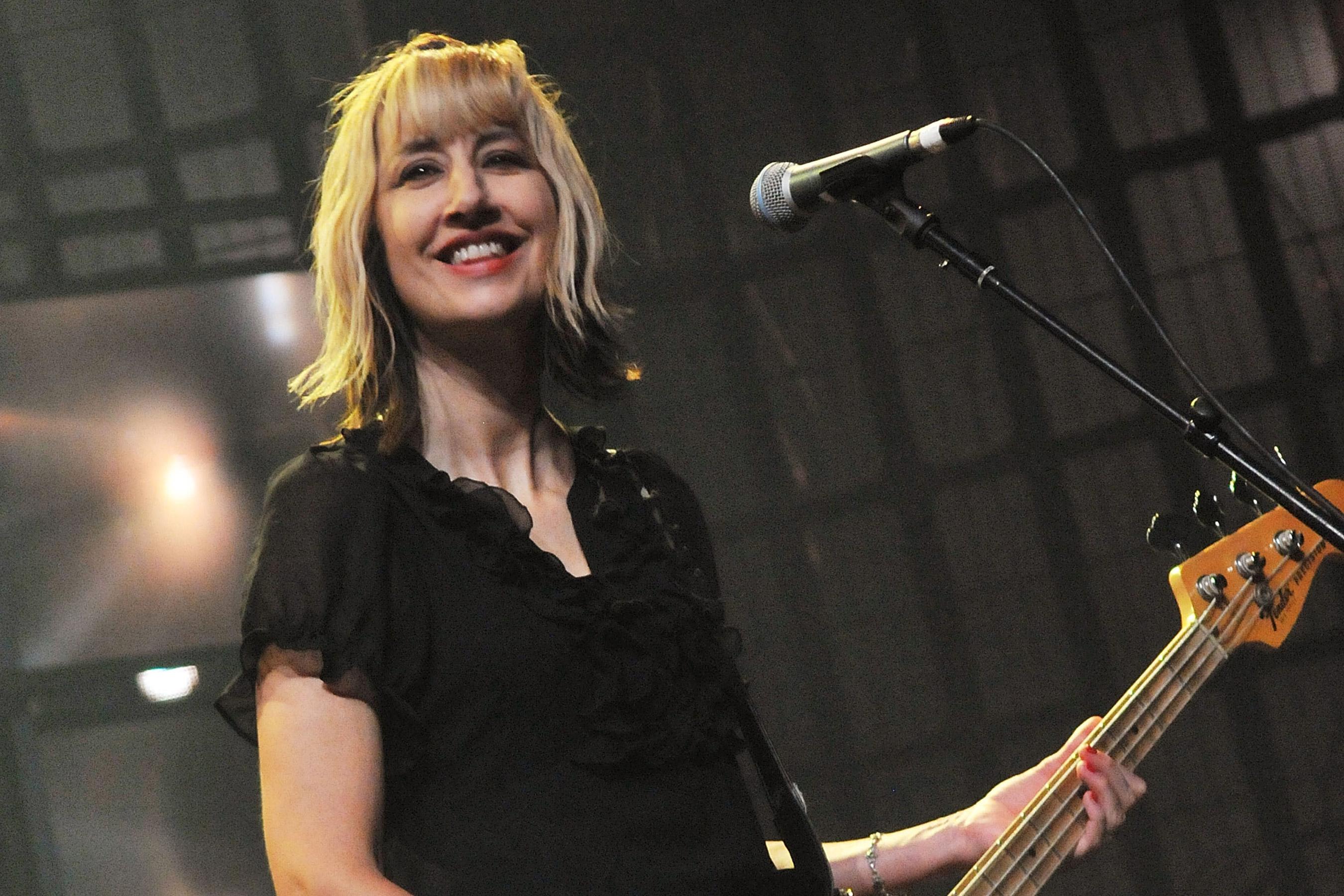 老牌朋克乐队女主唱金·沙塔克去世,生前参与制作新专辑_Muffs