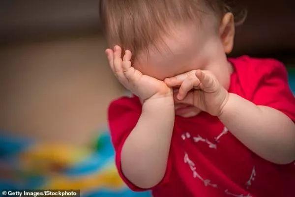 """肋骨斷裂,頭骨碎裂!3月大的女嬰挨父親空手道,澳父:""""我在給女兒按摩!"""""""