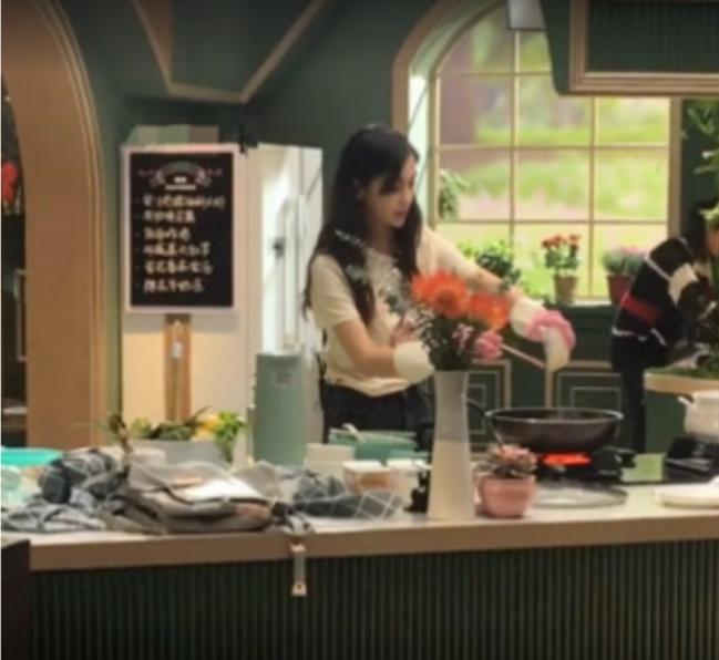 baby新综艺现场大秀厨艺,手法娴熟有模有样,网友称其为贤妻良母