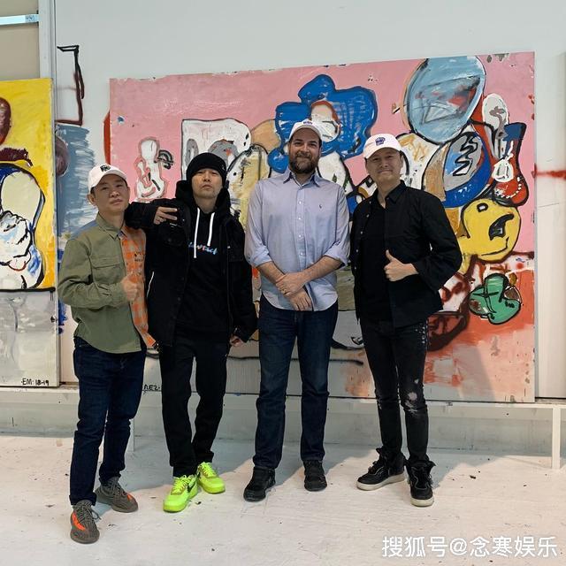 周傑倫現身倫敦看畫展,與頂級畫家合影留戀,欲意轉型成收藏家