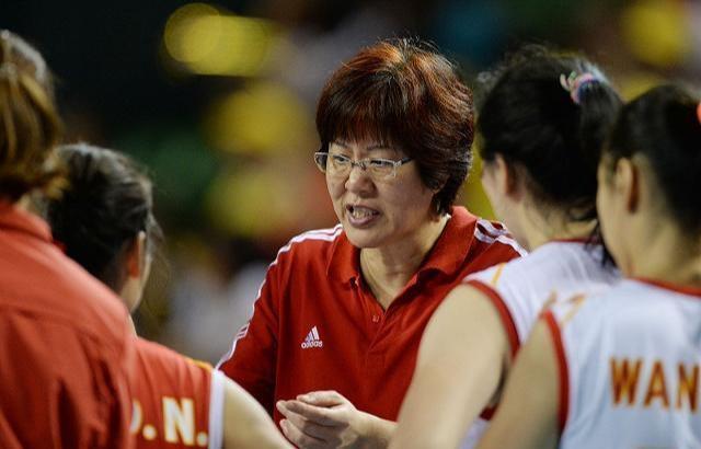 中国女排再创佳绩,日本球迷嫉妒到失心疯,竟要拉一车钱去抢郎平