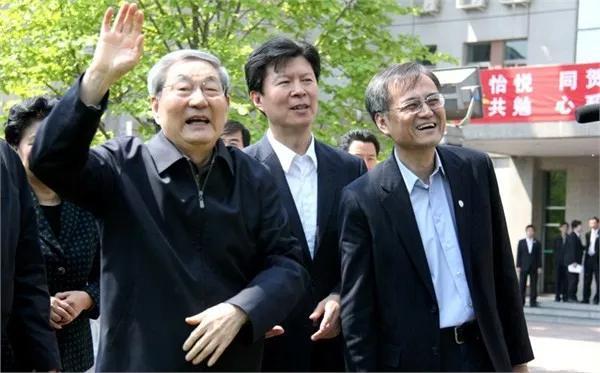 朱镕基给清华经管学院新生回信,作为清华人这件事他坚持了19年