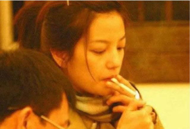 洪欣也是烟瘾妇女,和张丹峰和好事业红火,依然吞云吐雾难掩愁容