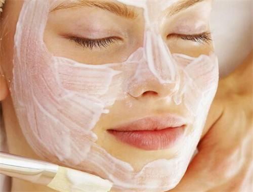 女性用牛奶敷脸可以美白吗?辟谣:皮肤并不能直接吸收蛋白质