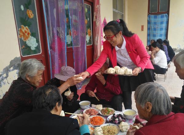 山西万荣60岁女党员连续4年自掏腰包给全村老人过重阳节