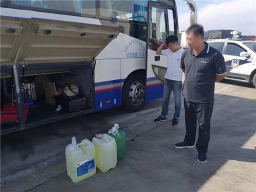 山东:客车带3桶柴油上高速服务区被交警查获
