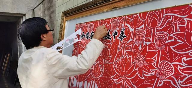 思南 老人巧手妙刻 和谐盛世大美中华 和 百蝶迎春蝶恋花 为新中国成立70周年献礼