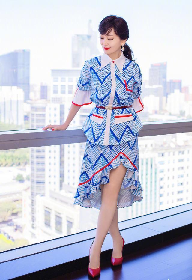 65岁赵雅芝新造型美翻了,穿粉嫩色造型颜色比少女还鲜嫩,65岁还这么美