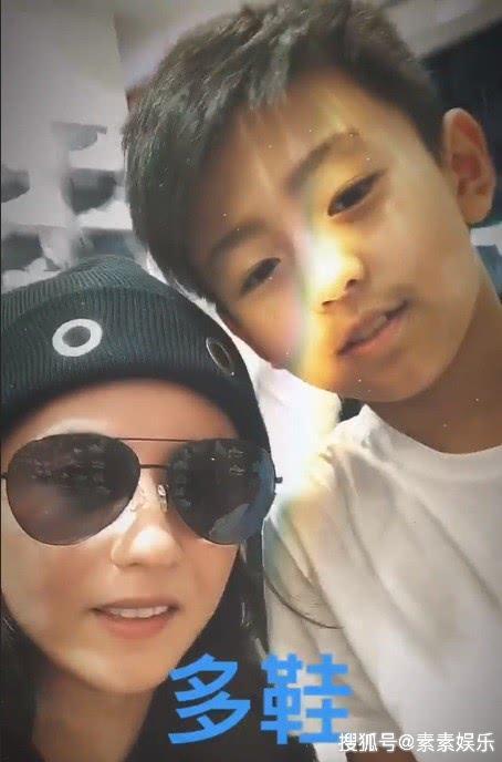 张柏芝带小儿子国外逛街,和他穿同款亲子装尽显母爱