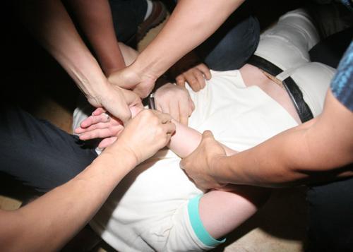江苏泰州警方抓捕在逃毒贩场面堪比大片