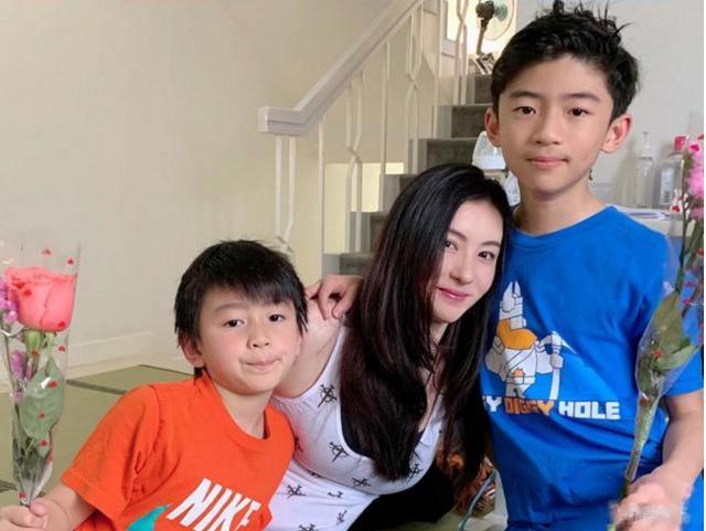 张柏芝与儿子小Q一起逛街,二人争食香肠卷饼,小Q抢不过悻悻而去