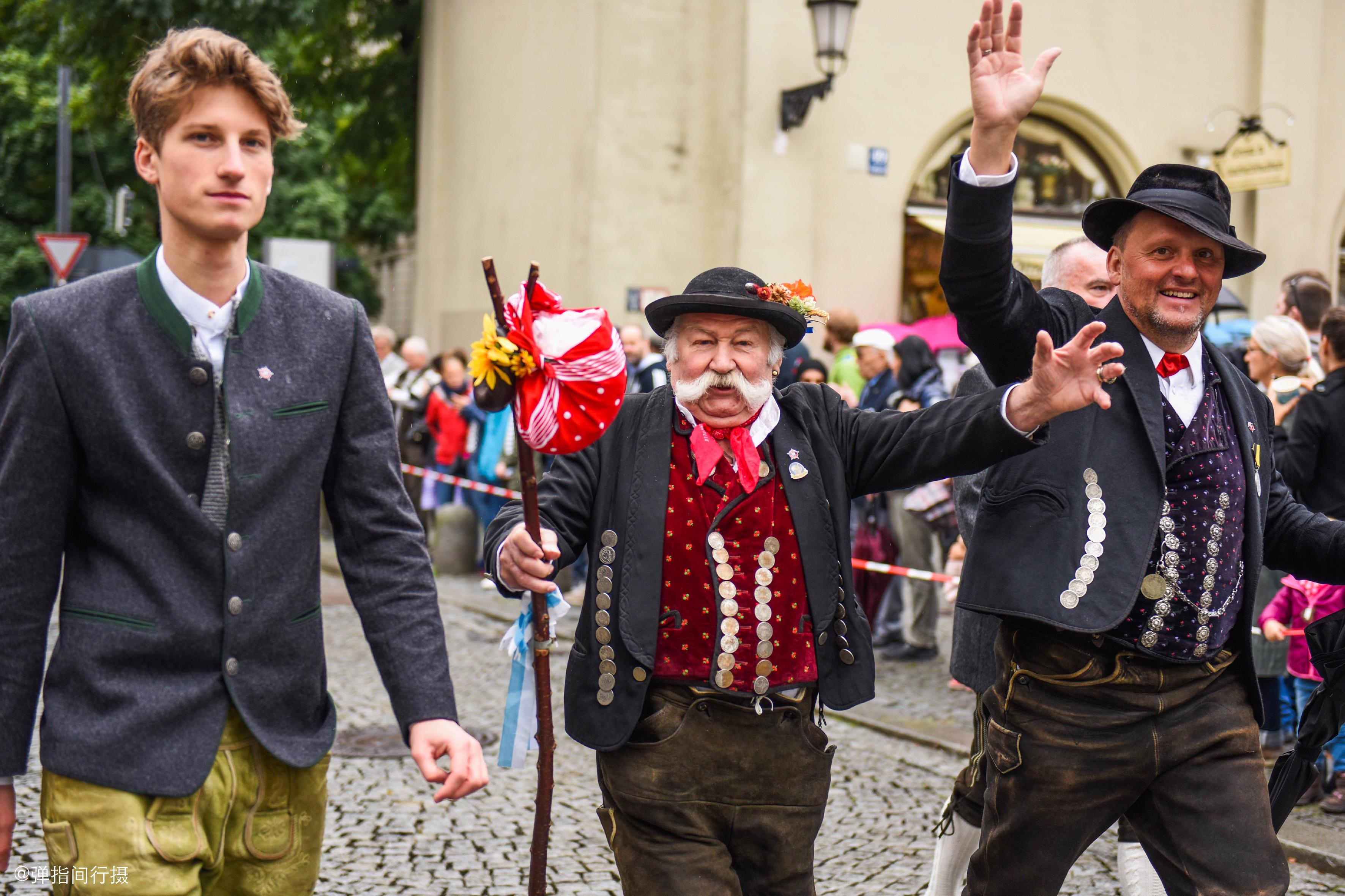 高度发达的德国,全民传承传统文化,爱穿民族服装游行狂欢