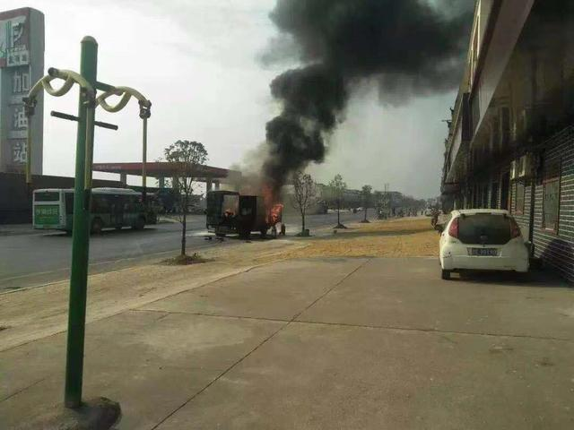 南昌:小货车突然起火,附近加油站员工紧急灭火获消防点赞