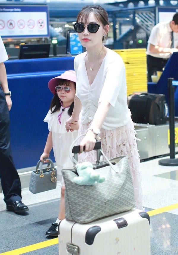 32岁马蓉又炫富现身机场身穿名牌,尽显富态