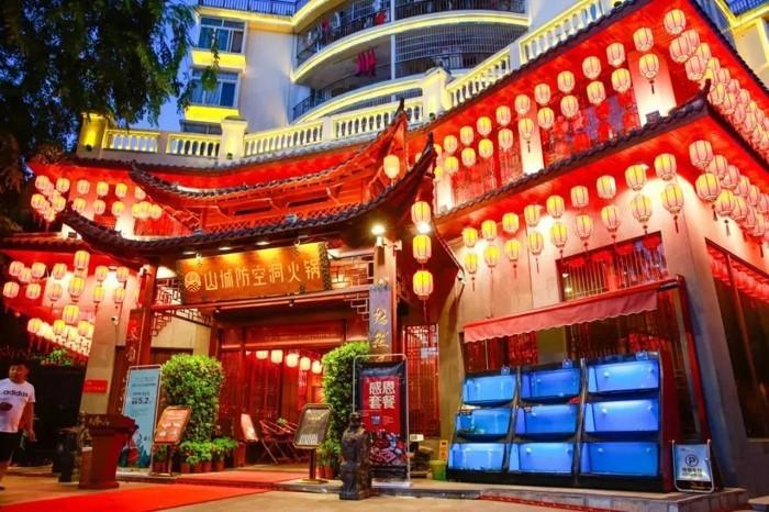重庆有哪些正宗老火锅这家山城防空洞火锅让你走着进、扶墙出