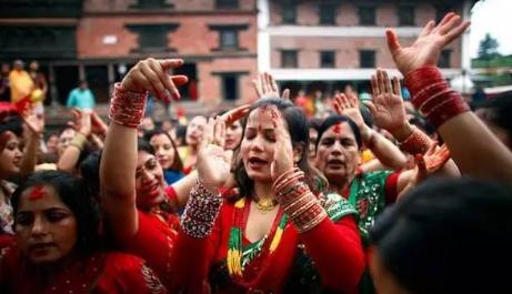 """<b>最""""开放""""的亚洲国家:女性当街公开沐浴,是为了净化心灵</b>"""