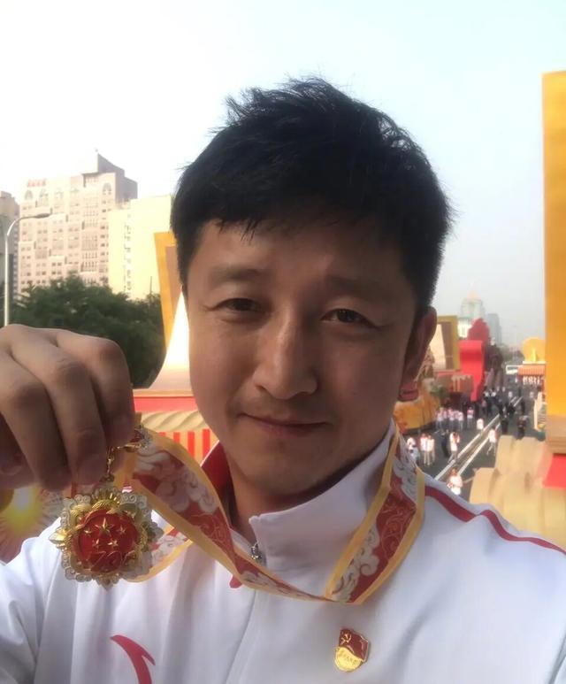 邹市明参加阅兵仪式倍感自豪,网友:我以为是吴京