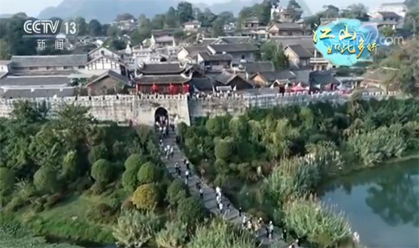 贵州贵阳:历史文化名镇 假日游人如织