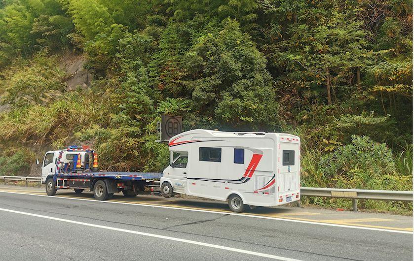 大叔开着房车去旅游结果在台州高速上车辆故障,更悲催的是……