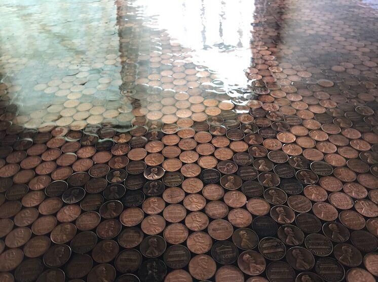 18岁女孩仅用350美元,就实现了自己的梦想,现在每天躺钱堆里