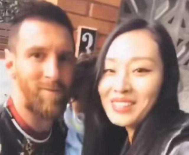 这算性骚扰吗?中国女球迷强吻抱着西罗的梅西,竟还拍下视频