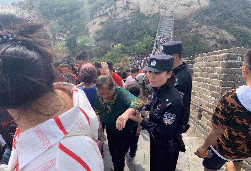 """节日咱们在岗丨北京旅游差人值守""""十一"""" 各大景区对症施药"""