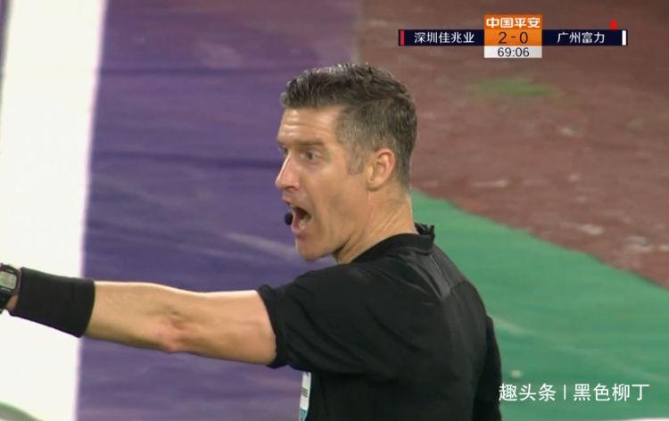 中超队心态崩了!70分钟被判3点球,2人被红牌罚下,围攻争议主裁