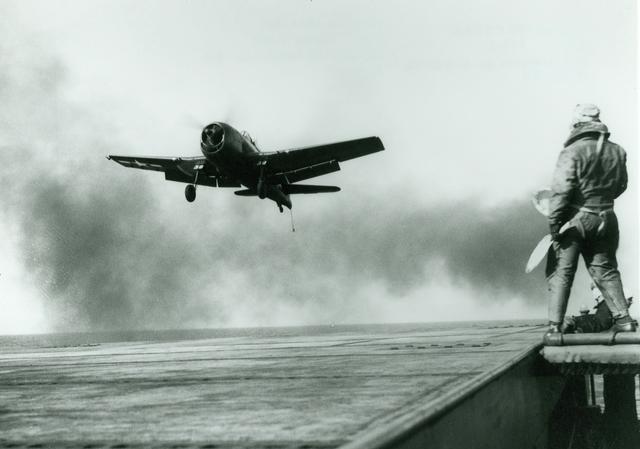 二战时期的舰载机,没有雷达,飞出去之后怎样寻找航母降落