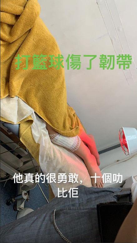 张柏芝首晒三胎儿子,带他同逛商场超温馨,大儿子脚伤疑还未恢复