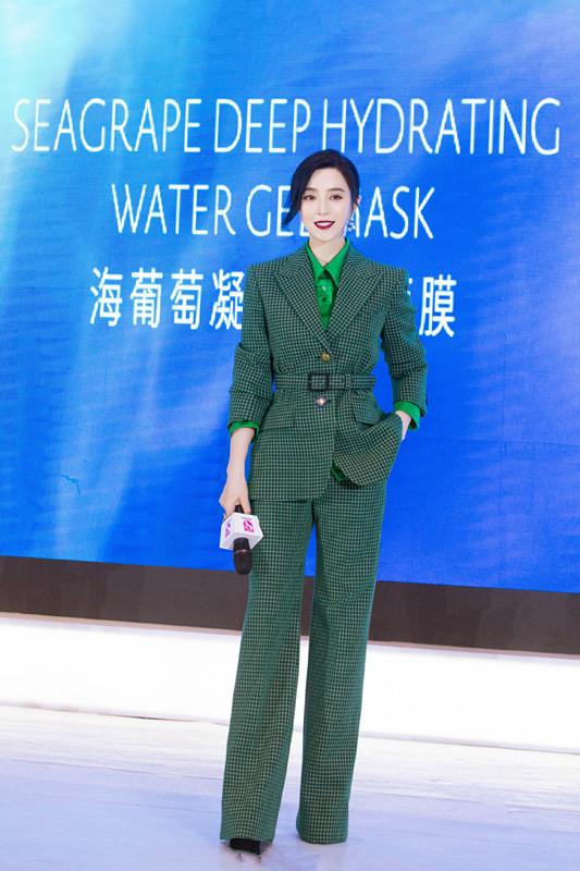 <b>秋装早点准备,职场女生穿范冰冰这样的绿色西装,时髦有气场</b>