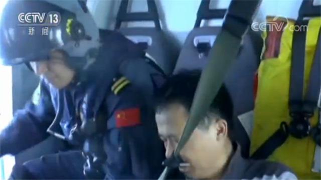 直升机紧急救援!一名渔民腹痛难被送往医院