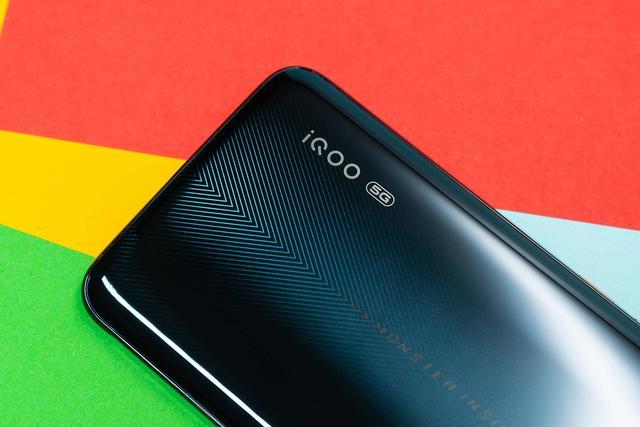 不瞒你们说,有了iQOO Pro 5G版,家里的充电宝都省了