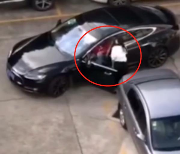 太彪悍!2名女司机互打不解气,又开着车追着撞,网友:玩大了
