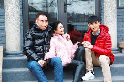 陈凯歌陈红与陈飞宇看话剧被偶遇,一家人低调同框画面十分温馨