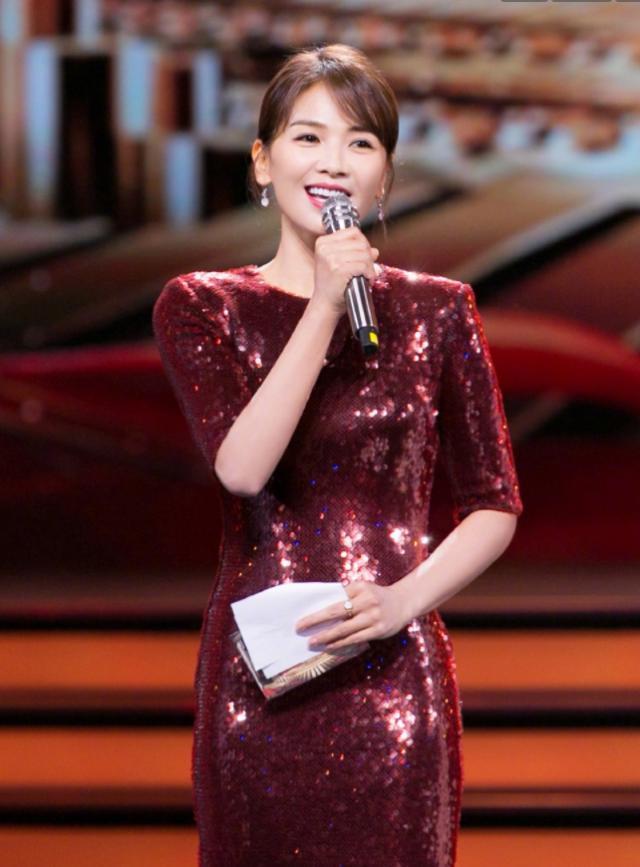 41岁刘涛现身活动造型,一袭酒红色裙子穿出女神范和高级感,梨涡笑容很迷人