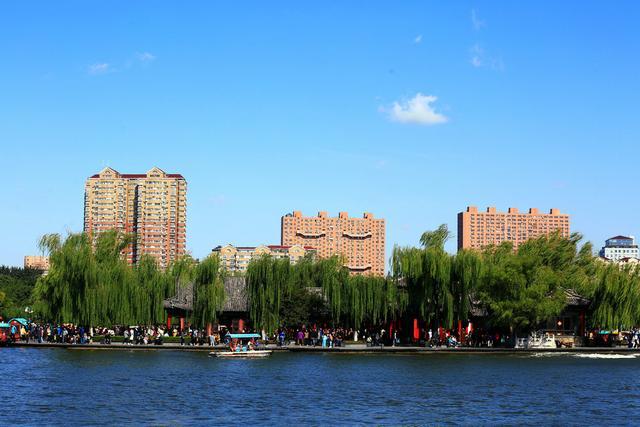 济南大明湖:湖水碧绿天湛蓝  游人碧波荡舟心畅然