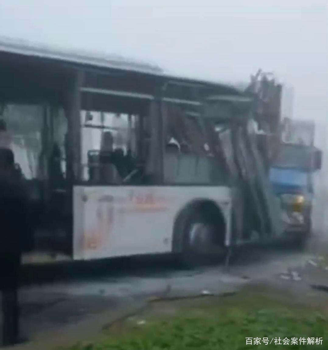 江苏省盐城市又发生严重车祸!事故造成公交车和吊车不同程度受损
