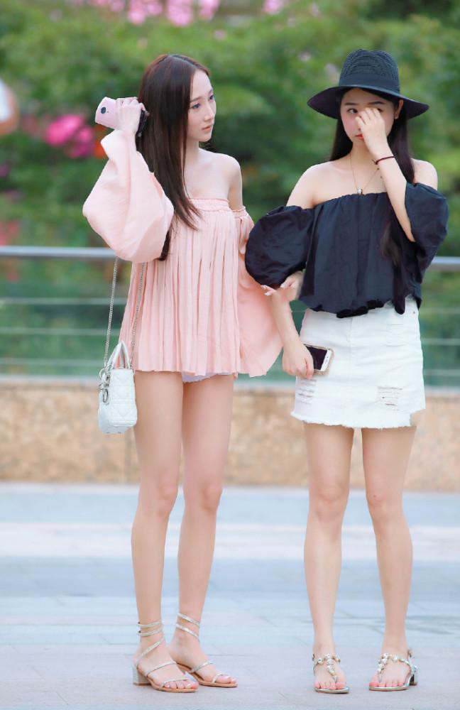 街拍美女:一字平肩半身裙配个性短高跟 谁说瘦女孩不能变仙女插图