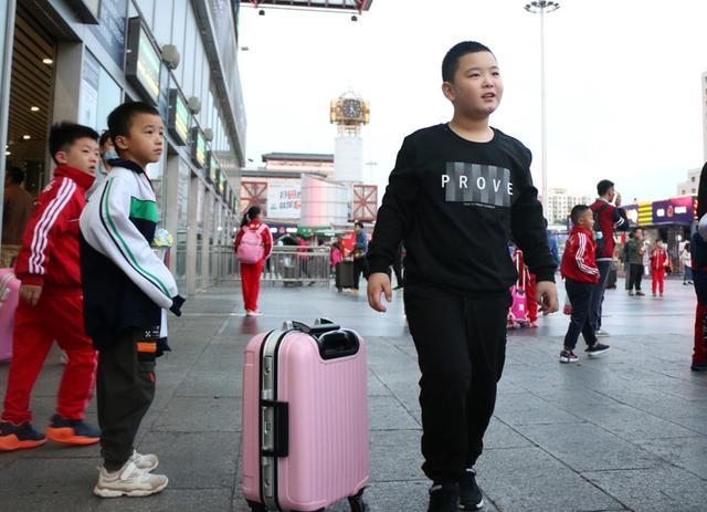 """河南""""增肥救父""""男孩离京返乡上学 已减重4斤"""