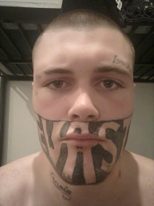 19岁年轻父亲因面部纹身导致找不到工作,求助网友