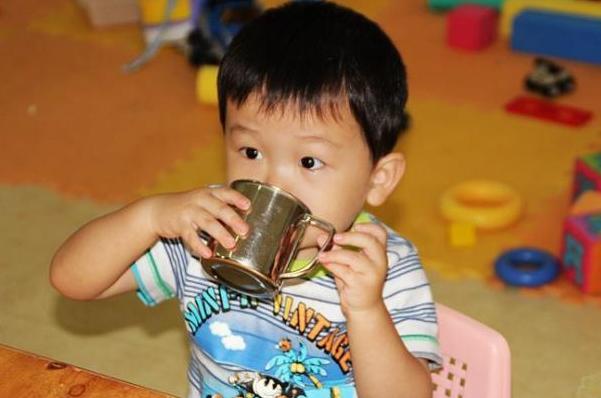 """这3种""""饮料""""上了黑名单,没营养还伤脾胃,很多家长依旧给娃喝"""