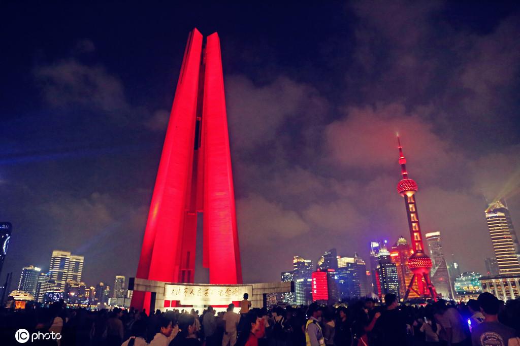 上海人民英雄纪念塔招引很多市民游客国庆旅行观景