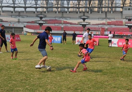 足球名将与首都媒体展开公益行 助力娄底足球开展