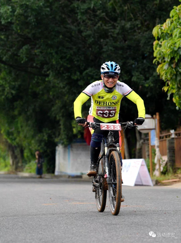 骑自行车喝酸奶的狗_素材公社
