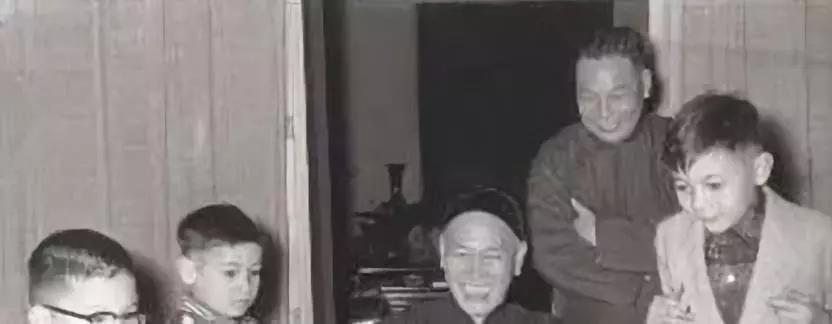 蒋介石孙子走在路上,小混混上去一个耳光!警察得知原因哭笑不得