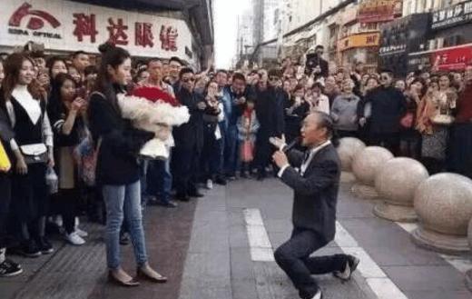 实拍:60岁帅大叔当街求婚90后妙龄女,网友称:遇真爱