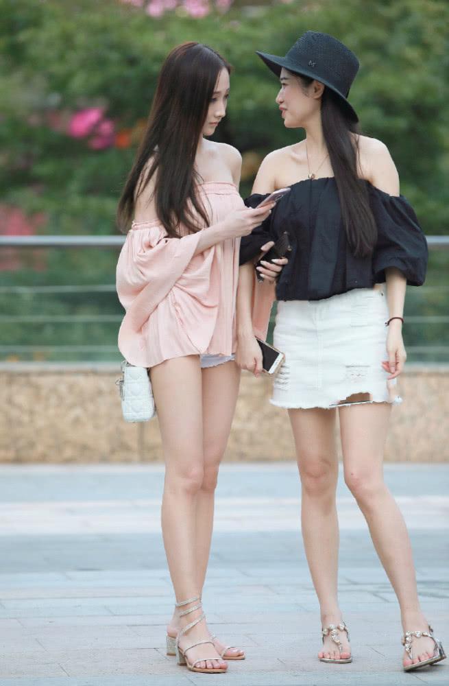 街拍美女:一字平肩半身裙配个性短高跟 谁说瘦女孩不能变仙女插图(1)
