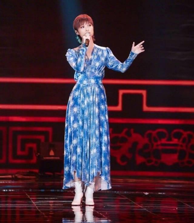 李宇春穿蓝色印花丝绒长裙女人十足,细长直腿让多少女星羡慕嫉妒恨,帅酷了